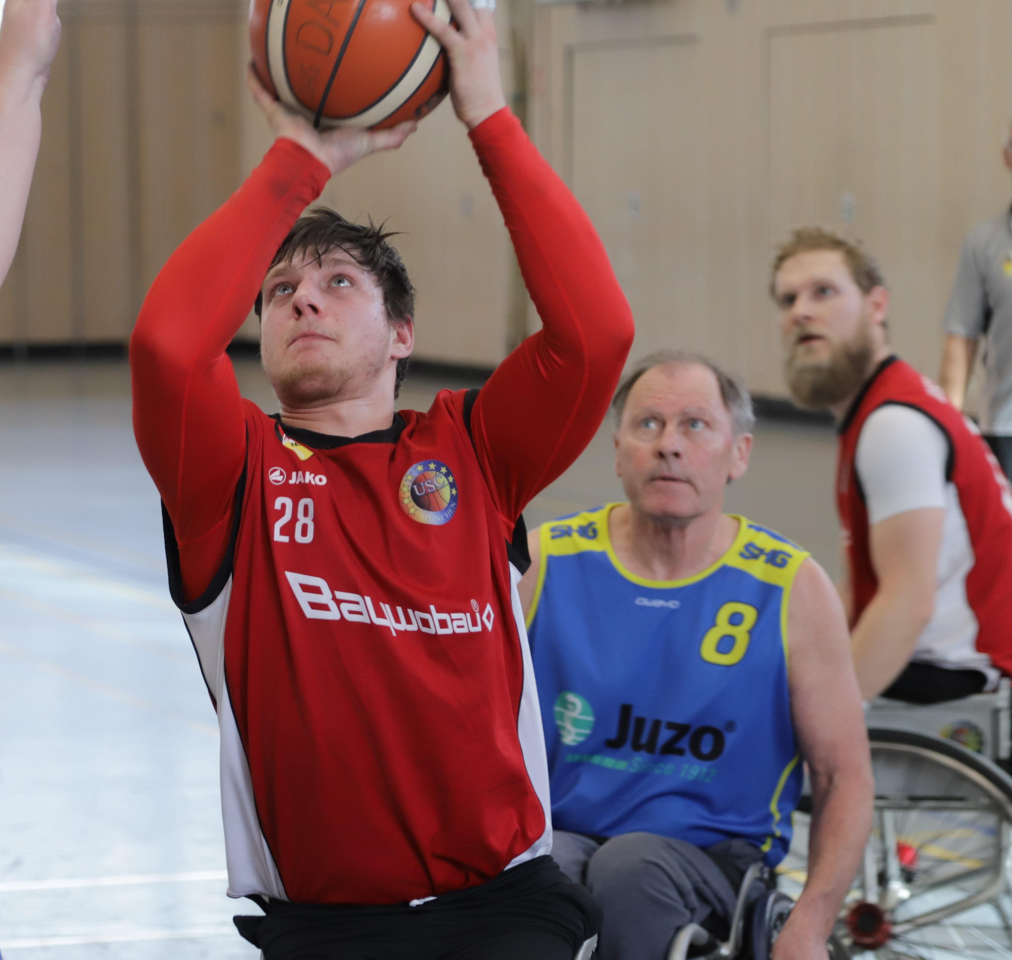 Rollstuhlbasketballer beim werfen
