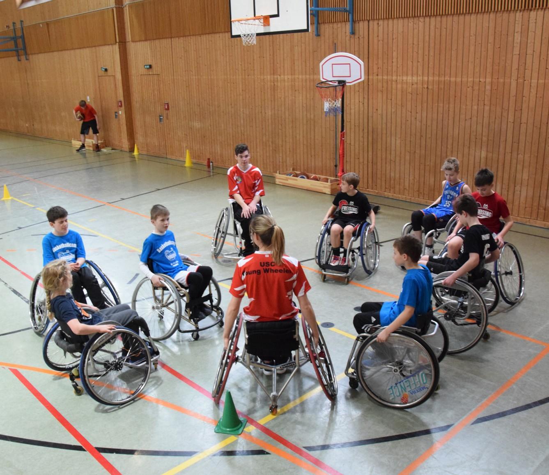 Basketballcamp Freising Rollstuhlbasketballer im Kreis